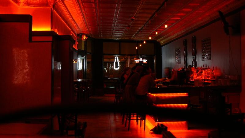 Красная подсветка − модное решение для интерьеров и экстерьеров